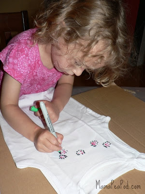 child using sharpie markers to make DIY tie-dye - circles and dots