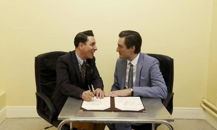 Richard Dowlin (esquerda) e Cormac Gollogly, ambos de 35 anos, convertem união civil em casamento em cartório irlandês.