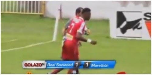 Video Penjaga Gol Dilayangkan Kad Merah Kerana Sentuh Punggung Pemain