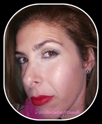 look luminoso, verde y labios rojos