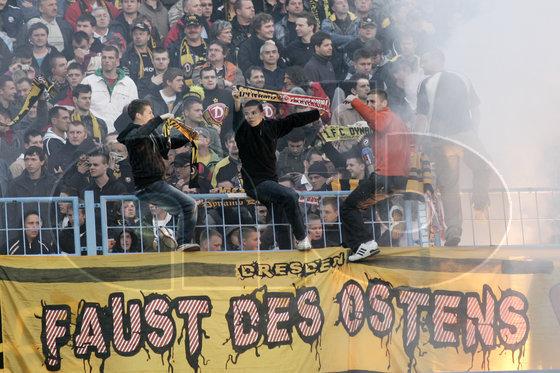 Le Mouvement en Allemagne . - Page 8 20100504_e9i0264___afb_Dynamo_Dresden_Saison_3_Liga_0910_2010_Chemnitz_Sachsenpokal_Fans_Faust_des_Ostens_Pyro