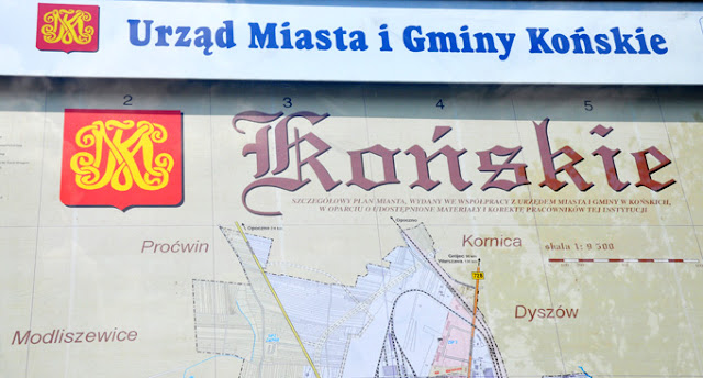 Herb miasta jest obecny wszędzie - tu użyty na tablicy reklamowej i szyldzie sklepu. Fot. KW.