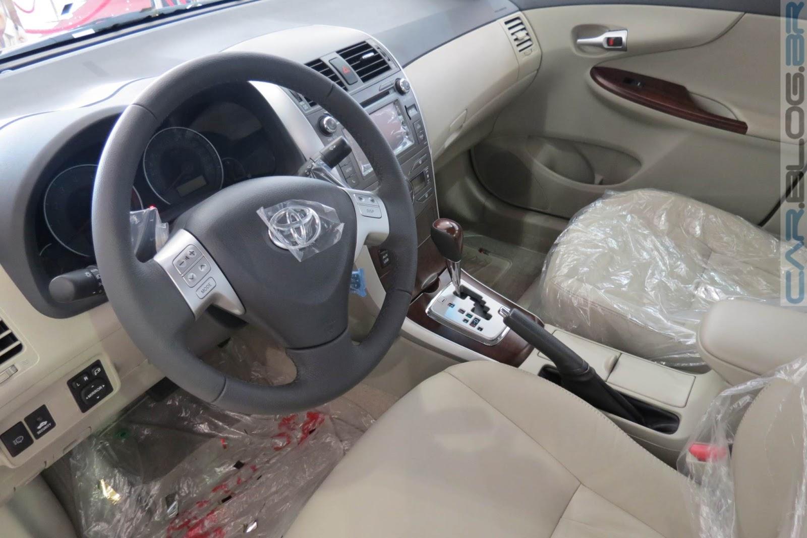 Na versão Altis (topo de linha), o Corolla 2014 conta com ajuste de