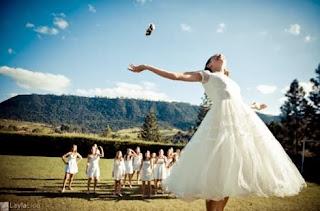 El lanzamiento del ramo en la boda procede de Francia
