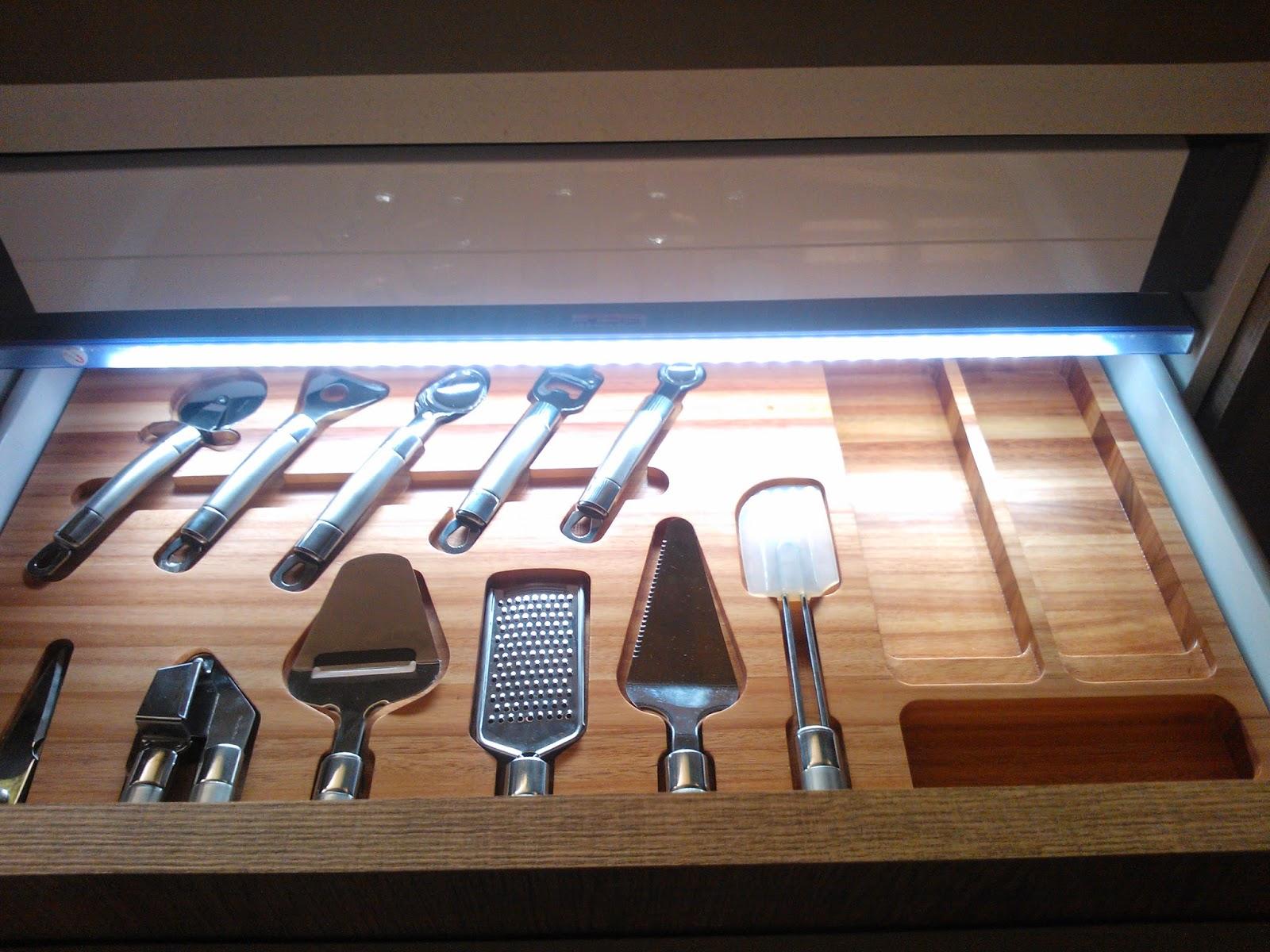 Cozinha com gaveteiro iluminado - Casa Cor São Paulo 2012