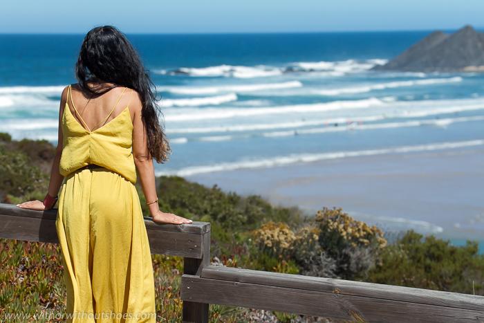 Blogger de moda con look de verano de vacaciones en Algarve