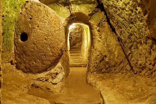 07-Derinkuyu-Anatolia-Turkey-Secret-Underground-Cities-Architecture-www-designstack-co