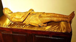 Escultura em madeiro do Cristo Morto no Museu Diocesano de San Ignacio Guazu, no Paraguai.