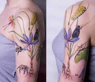 Tatuagem de natureza e insetos no braço