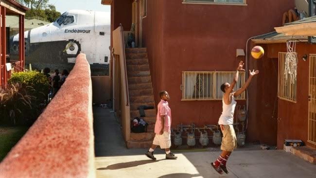 А на фото этих ребят совершенно случайно попал шаттл «Эндевор».