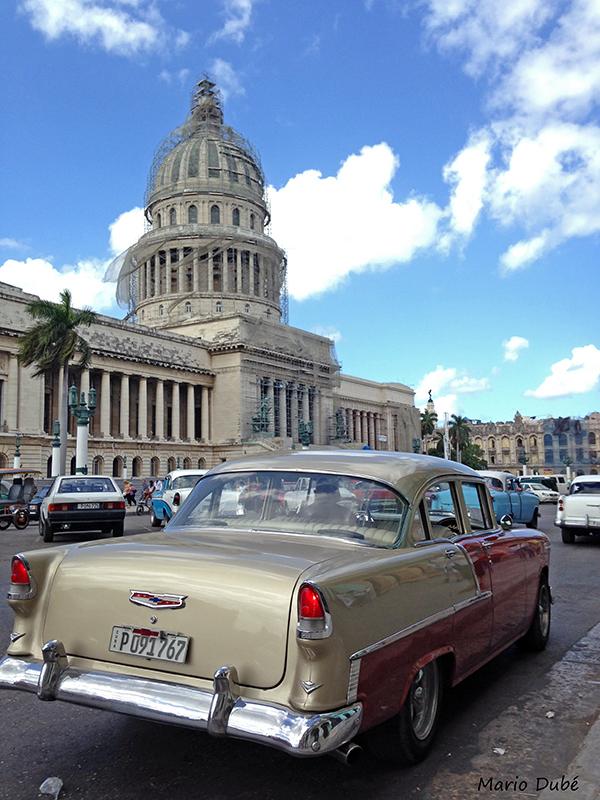 Vieille voiture passant devant le Capitolio