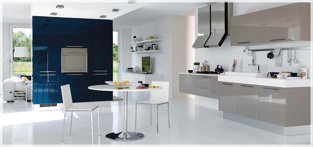 Åpne, moderne kjøkken med noen dukker av farge - interiør inspirasjon