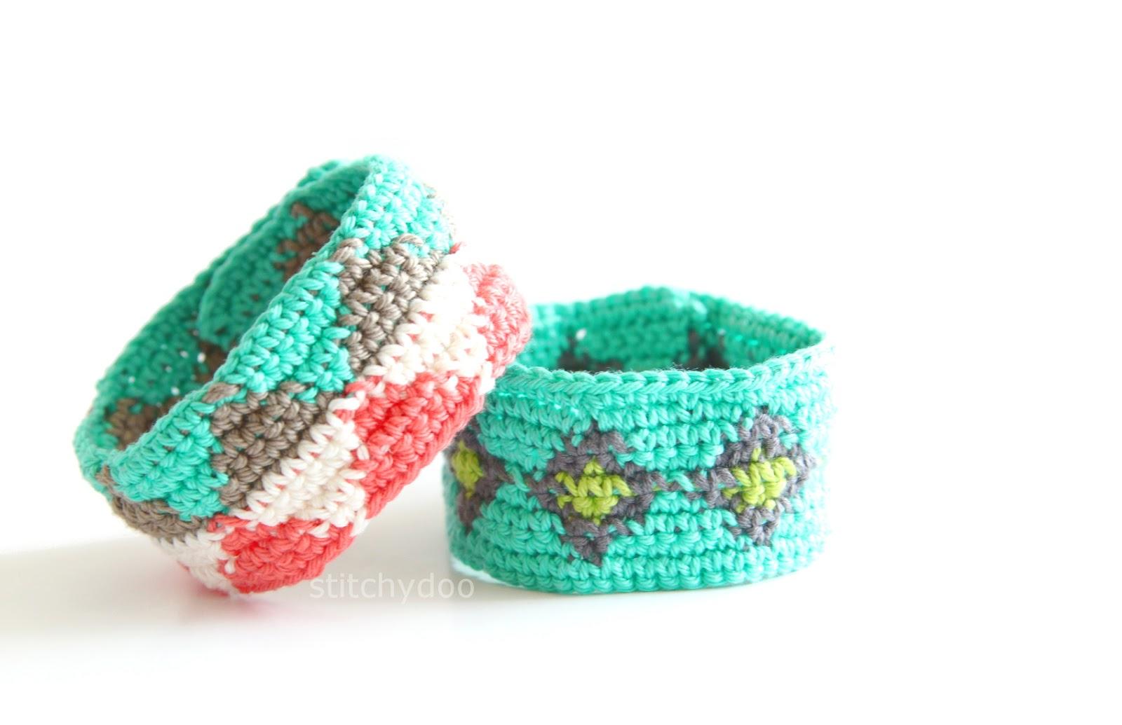 Gehäkelte Armbänder mit Mustern