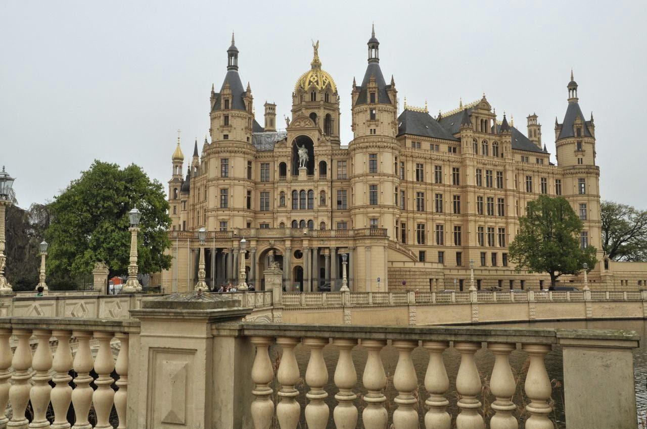 zamek książąt meklemburskich w Schwerin widziany od frontu