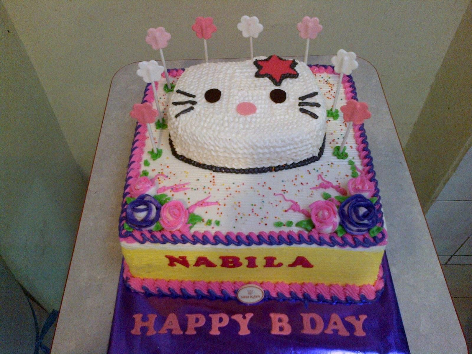 ... kue 25 x 25 cm, dengan tambahan 1 tupuk kue pola hello kitty, dihias