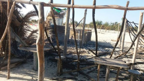 Incêndio criminoso destrói barraca na praia do Macapá, litoral do Piauí.