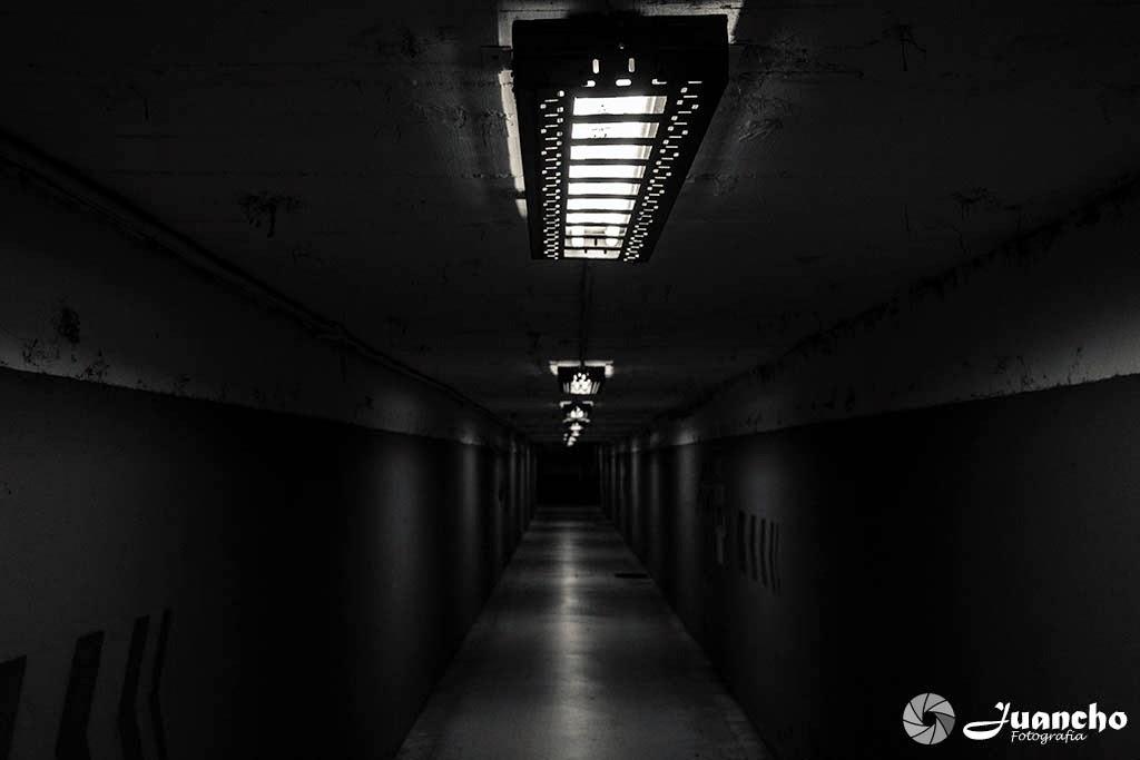 Tunel en blanco y negro