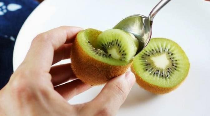 cara kupas kiwi