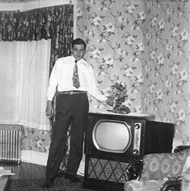 go over there by the tv 22 funny vintage photos of people standing next to their. Black Bedroom Furniture Sets. Home Design Ideas