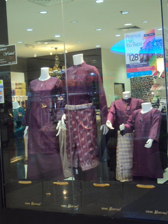 kat window display baju raya satu family sedondon purplecantik