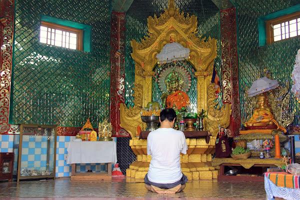 Altar budista en el Monte Popa
