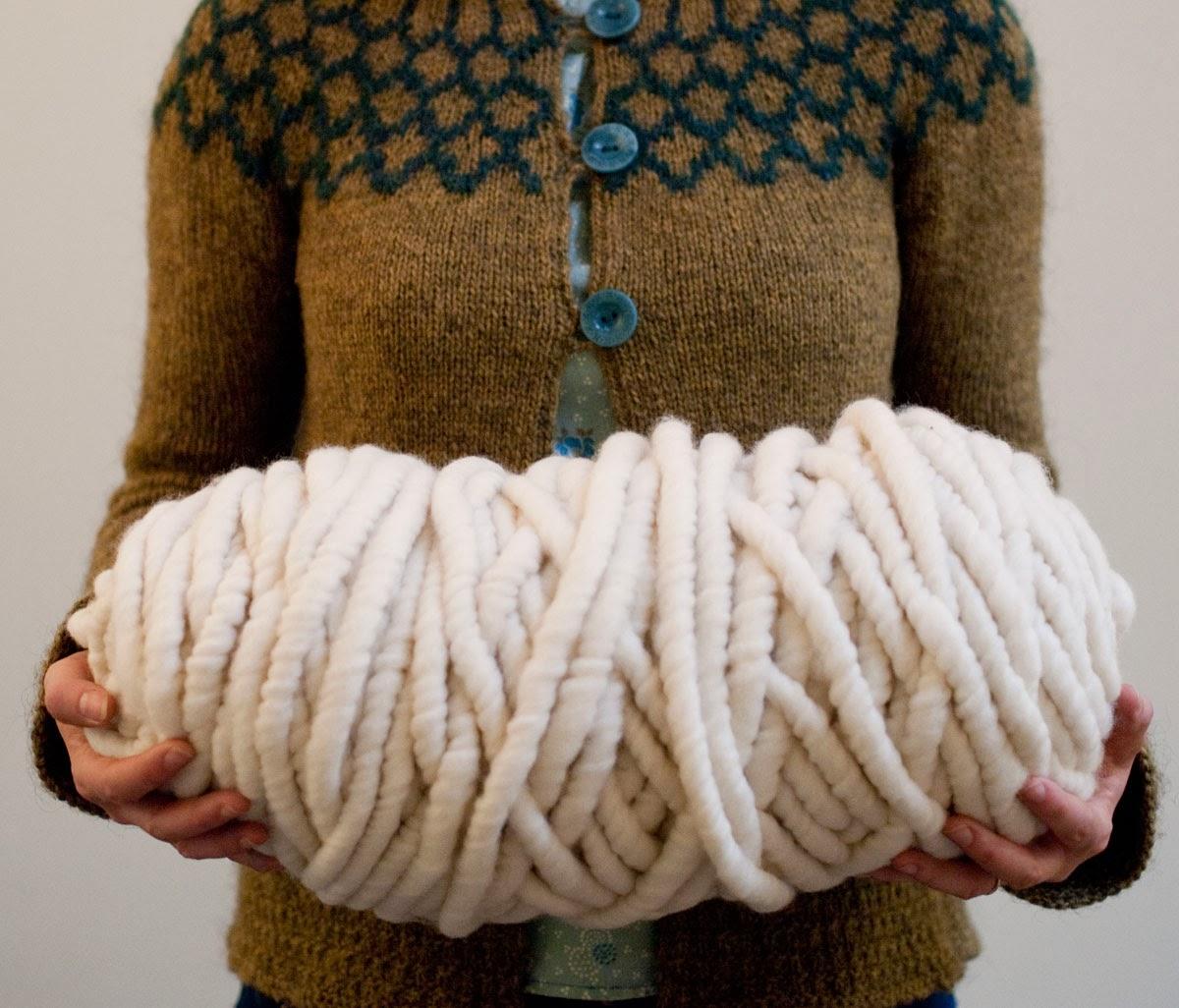 Вязаный кардиган крупной вязки выполнен из толстой пряжи 27