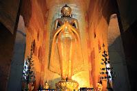 Estatua de Buda en el interior del templo Ananda en Bagan