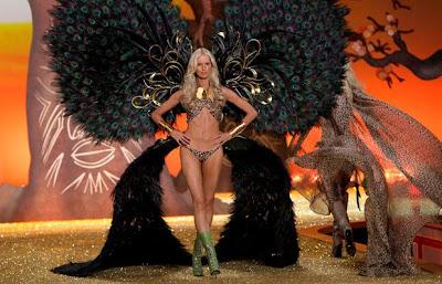 girl in bikini in show_FilmyFun.blogspot.com