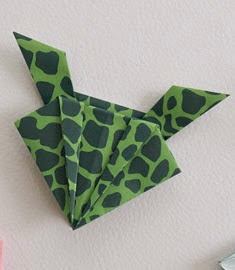 http://www.guiademanualidades.com/como-hacer-una-ranita-saltarina-de-origami-33447.htm#more-33447