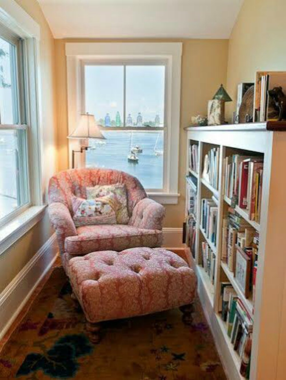 Reading nook - great use of such a small space. this post ha.