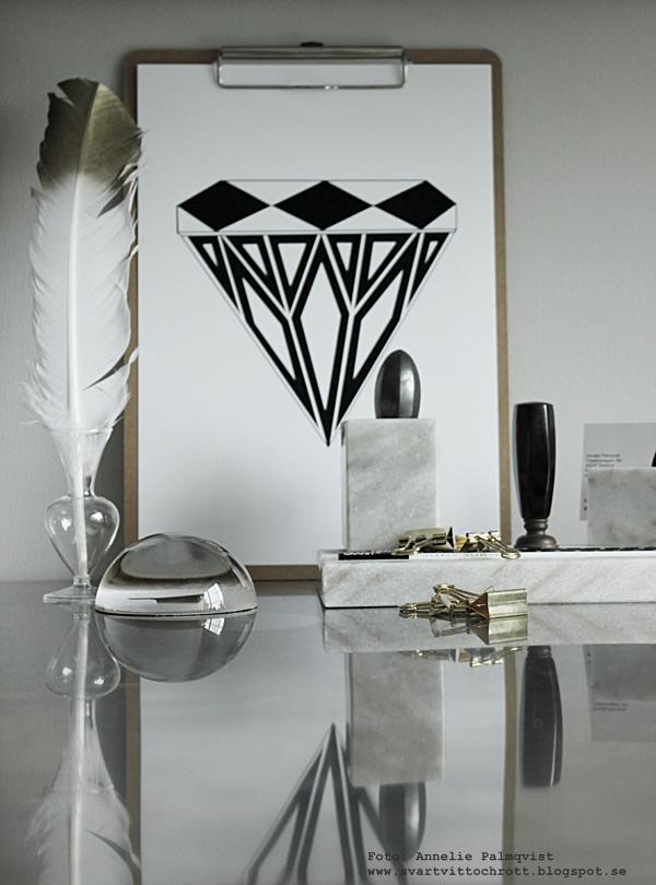 arbetsrum, kontor, hemmakontor, arbetsrummet, bänkskiva, ikea möbler, poster diamant, diamanter, svartvit tavla med diamant, svartvita tavlor, posters, prints, annelies design & Interior, annelies design, konsttryck, grafiskt, grafiska, fjäder, vit fjäder med guld på toppen, clipboard, clipboards, webbutik, webbutiker, webshop, nettbutikk, nettbutikker, office, home office, brevpress, marmor pennställ, visitkort, rostfritt, plakater, plakat, affisch,