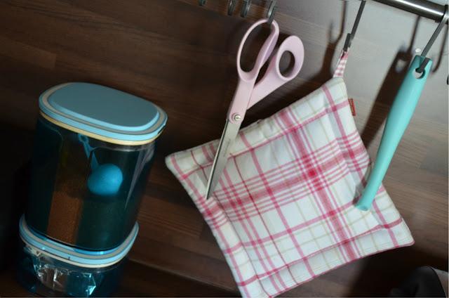 Pinkki turkoosi keittiö sisustus fiskars sakset kahvipurkki teepurkki