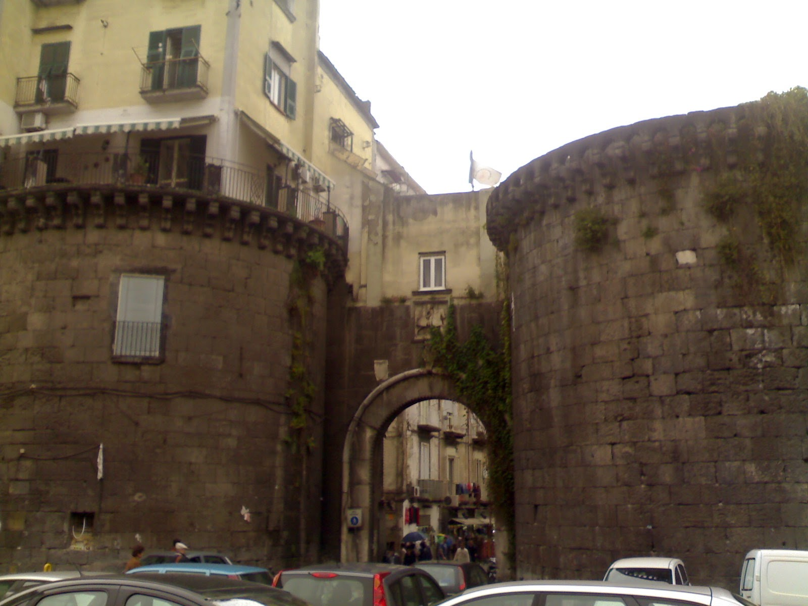 Ancora una volta la popolazione ¨ costretta a denunciare lo stato di totale abbandono e degrado in cui versano Porta Nolana piazza Garibaldi e piazza
