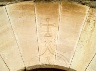 Detall de la dovella gravada amb la data 1741 del portal del mas Vilageliu