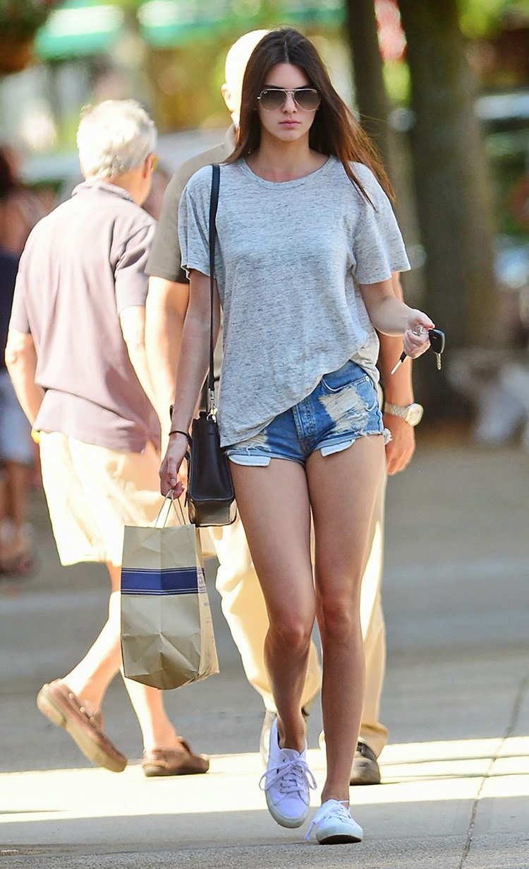 Celebrity Street Style Kendall Jenner Wear Casual Denim Shorts Style Fashion Week