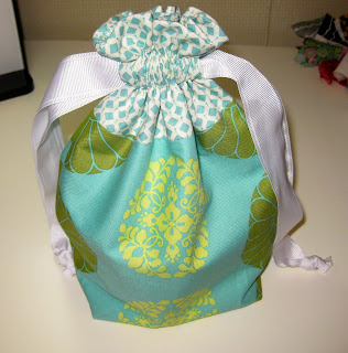 http://www.incolororder.com/2011/10/lined-drawstring-bag-tutorial.html