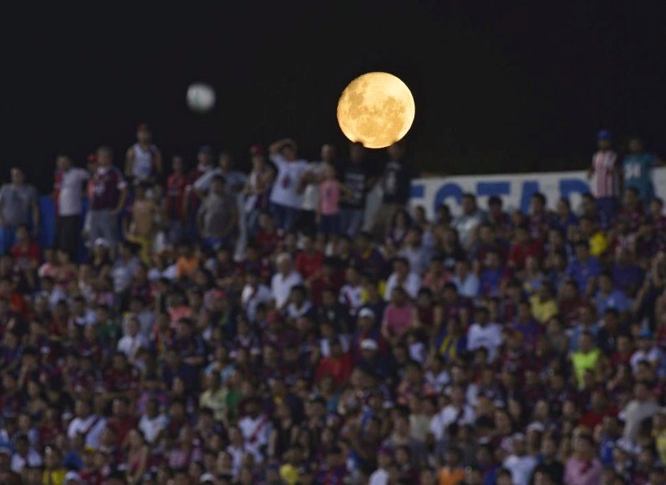 Lluna plena sobre l'estadi del Cluj