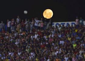 Luna llena sobre el estadio del Cluj