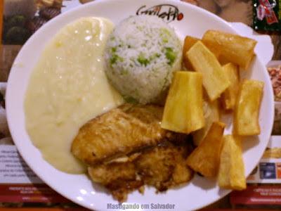 Griletto Grelhados e Parmegianas: Filé de Tilápia com Creme de Milho, Mandioca Frita e Arroz de Brócolis