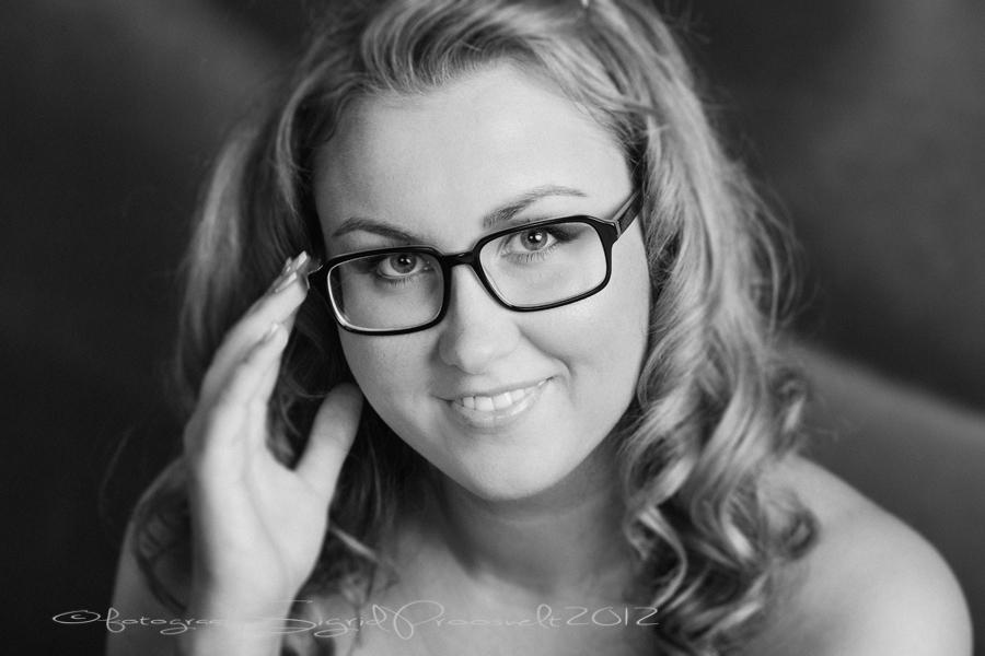 ilus-naine-prillidega-portreefoto-mustvalge