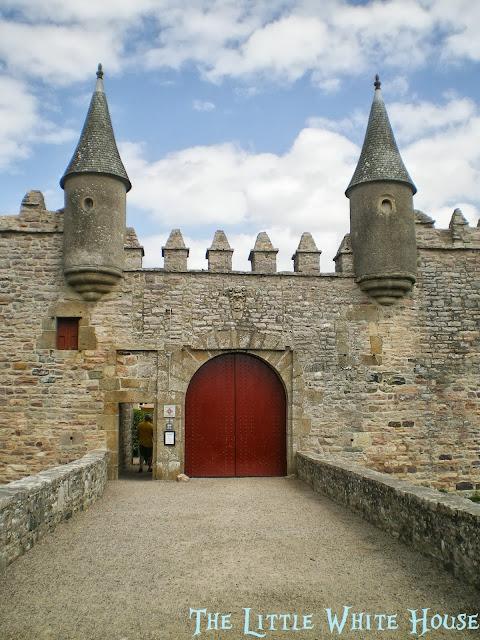http://thelittlewhitehouseontheseaside.blogspot.fr/2013/09/chateau-de-bienassis.html