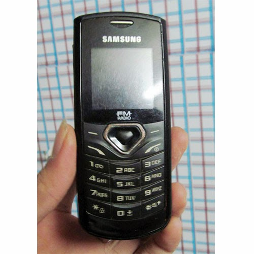 Cần Bán điện thoại samsung e1175 điện thoại cũ giá rẻ nghe gọi chống cháy giá rẻ ở Hà Nội, mọi tính năng hoạt động tốt, nghe gọi to rõ, loa to sóng khỏe, pin khỏe 2-3 ngày, hình thức như ảnh chụp.  Giá: 200.000 (máy,pin) Liên hệ: 0904.691.851
