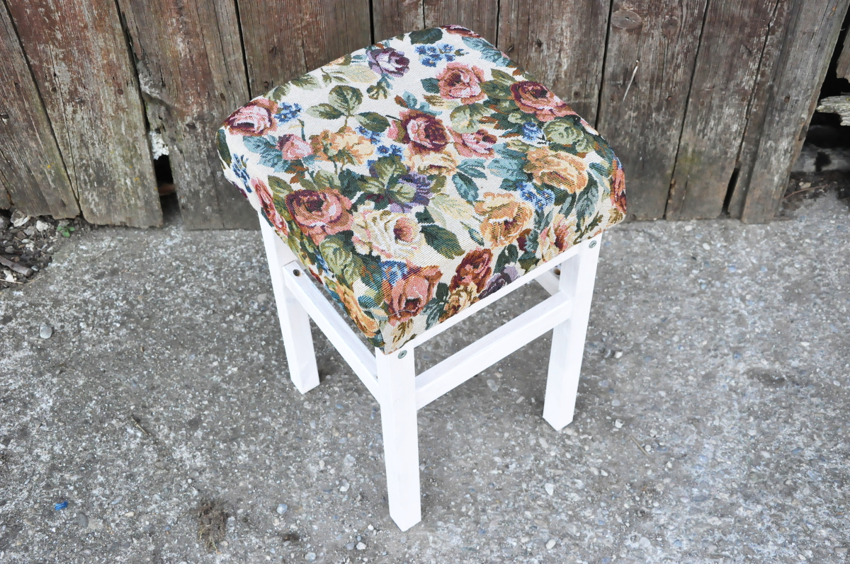 http://blogdogdaysofsummer.blogspot.co.at/2015/03/ikea-hack-country-flower-stool.html