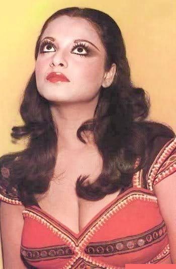 Rekha deep cleavage