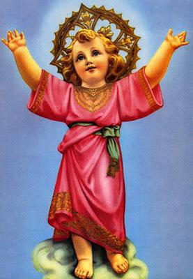 Imagen del Niño Jesus vestido de rosa, con los brazos levantados