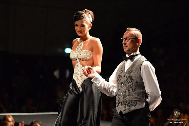 """Pascal Jaouen présentant la robe """"Hermine"""""""