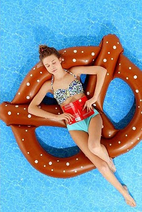 urban_outfitters_pool_float