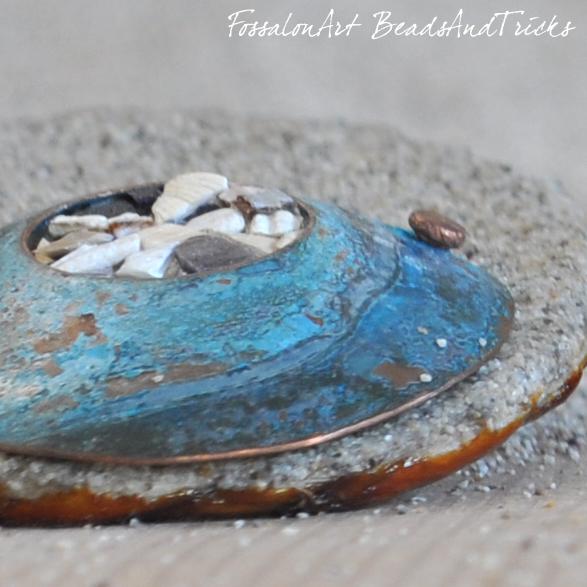 Dettaglio orecchini in corda, sabbia, rame e frammenti di conchiglie