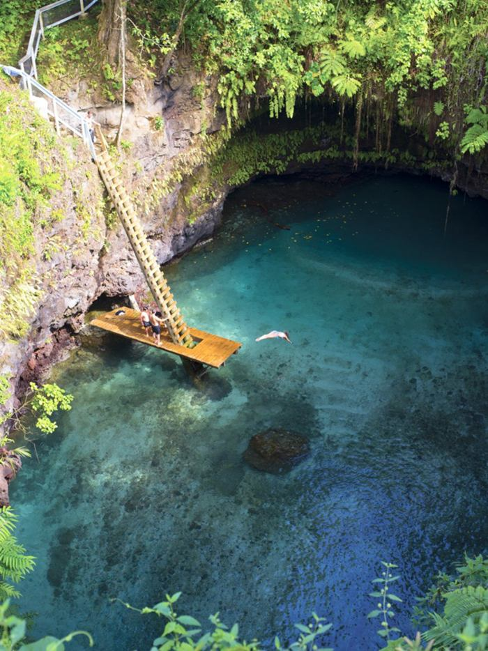 Independent State of Samoa - an island nation located in the South Pacific Ocean. For tourists who love to spend time after study has interesting corners of our planet, here is a great place. Get even, for example, is a picturesque little lake called the To Sua Ocean Trench, located near the National Park in the village of lotus-eaters.