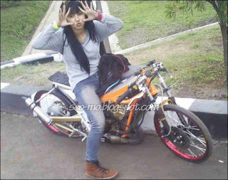 Foto Indri Barbie Naik Drag Bike Cantik Banget